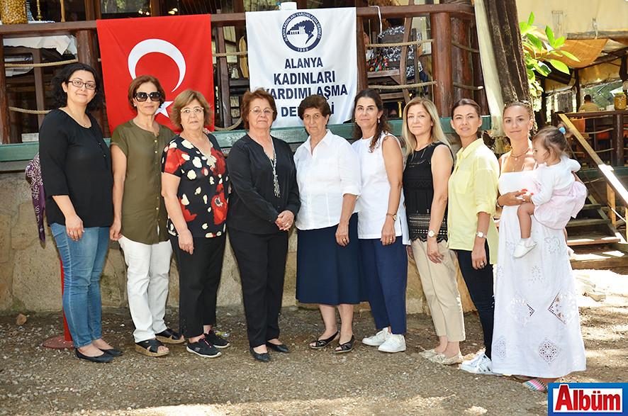 Alanya Kadınları Yardımlaşma Derneği Yönetim Kurulu üyeleri Albüm için poz verdi.