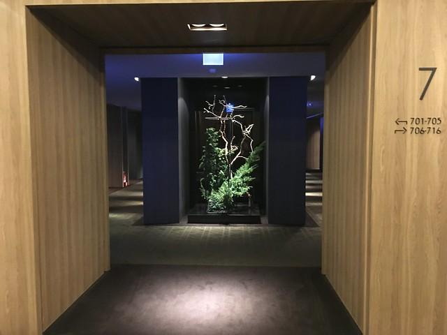 我們住的七樓,一出電梯後眼前是寬闊的空間,將兩側住房隔得很開,不太容易互相影響@高雄Hotel dùa住飯店