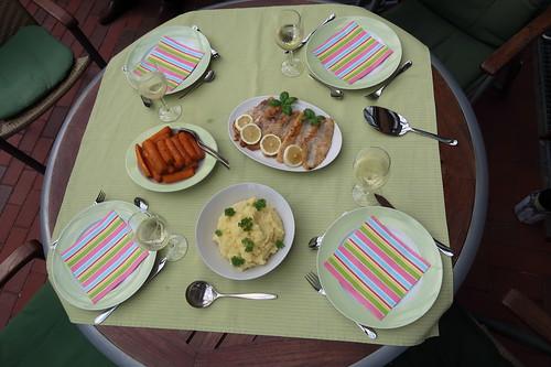 Rotbarschfilet zu Sellerie-Kartoffelstampf und Zimtmöhren (Tischbild)