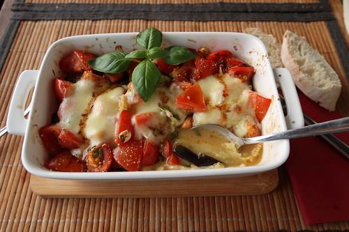 Tomaten mit Auberginen und Mozzarella