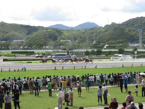 小倉競馬場から望む皿倉山
