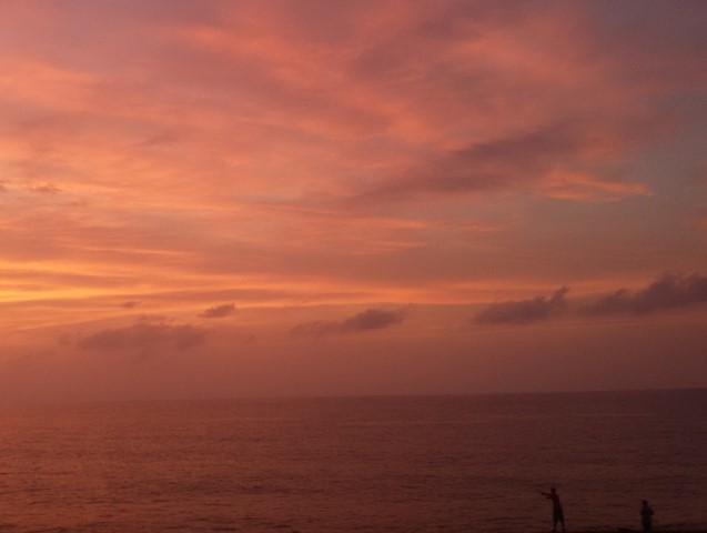 Pôr-do-sol sobre a muralha externa, ao lado do Café del Mar.
