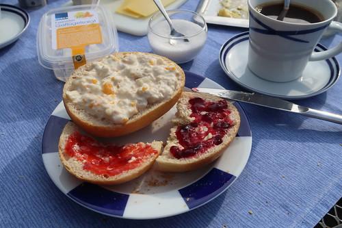 Geflügelsalat, Erdbeermarmelade und Brombeergelee auf weißem Brötchen