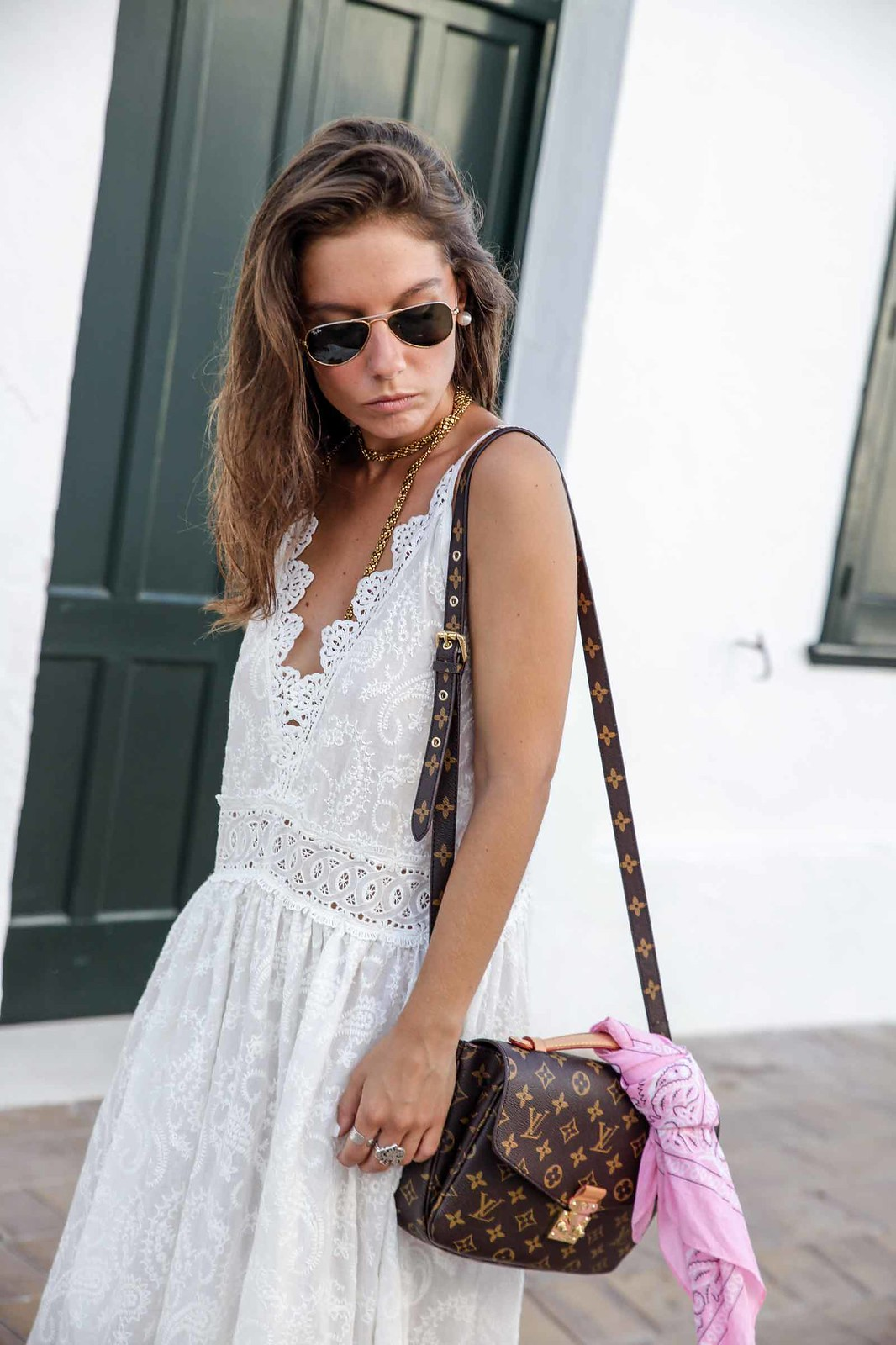 06_vestido_blanco_ibizenco_miss_june_long_dress_outfit_rayban_louis_vuitton_bag_outfit_streetstyle_influencer_barcelona_theguestgirl_the_guest_girl_barcelona_influencer