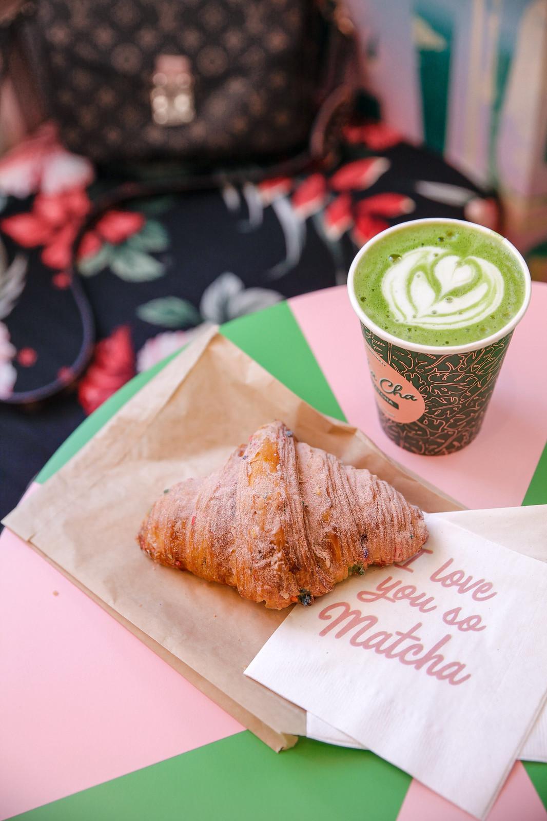 07_cha_cha_matcha_cafeteria_rosa_nueva_york_el_mejor_matcha_unicorn_croissant_breakfast_theguestgirl_nyc