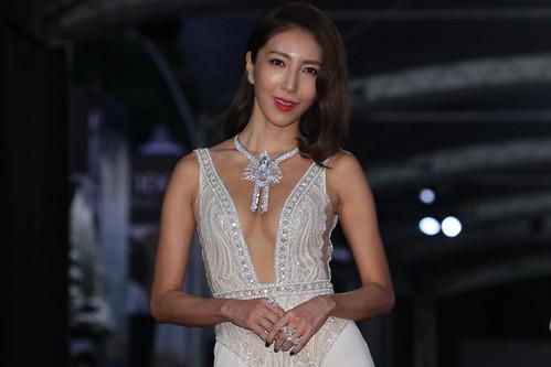 【楊謹華】貼身禮服讓好身材完美展現,正面大開至腰、兩側開衩超深,配上華麗鑽鍊稍遮乳溝,性感得恰到好處⋯