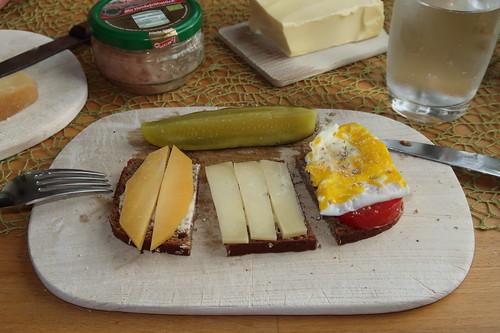 Junger Beemster, Bergkäse und Platte Eier auf Tomaten auf Brot vom Biobäcker