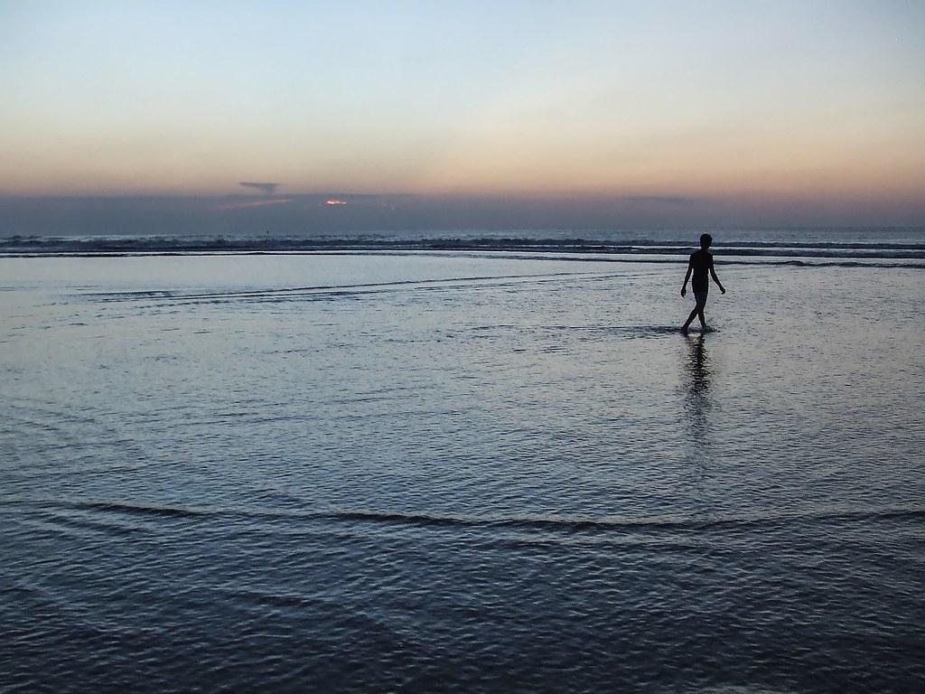 Sur la plage abandonnée. 36996663732_7031052d3d_b