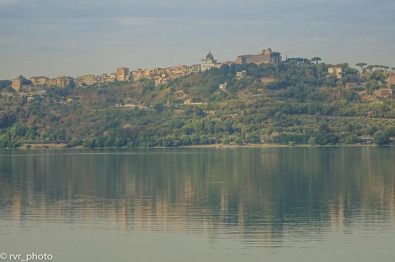 Vista Castel Gandolfo desde Lago Albano, Italia