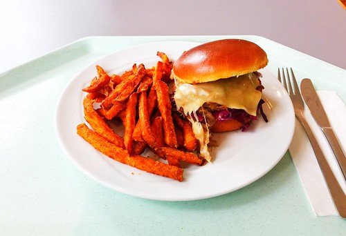 Plucked duck in brioche bread roll with sweet potato fries / Gezupfte Ente in Briochsemmel mit Süßkartoffelpommes