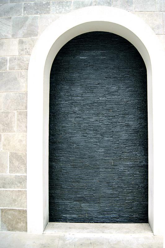 Настенный фонтан в арке
