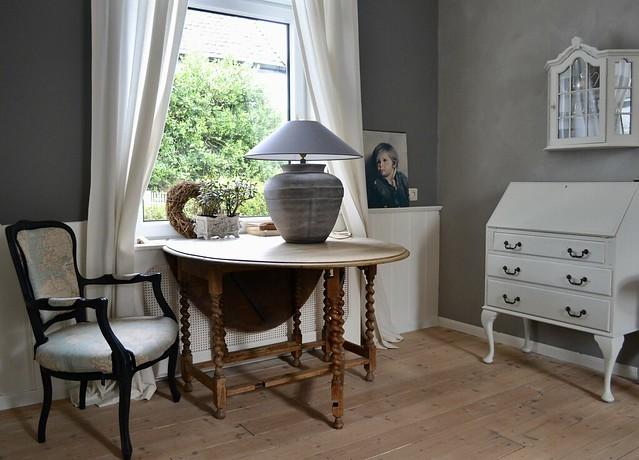 Hangoortafel met kruitlamp en stoel