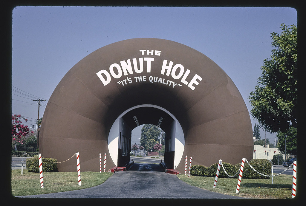 The Donut Hole, straight-on view, no cars, Amar Road, La Puente, California (LOC)