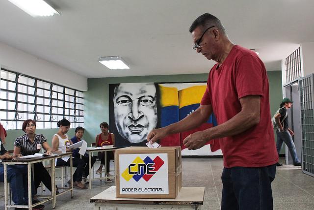 Após denúncia de fraude, chavistas pedem auditoria em 100% das urnas na Venezuela