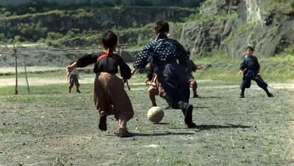 サッカーをするこどもたち