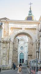 Porte noire et portail noir de la cathédrale