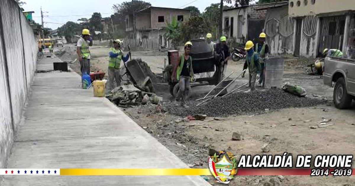 Trabajos de construcción de aceras y bordillos en calles de Chone
