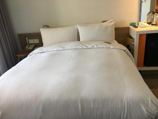 我們訂的是一大床的房型,就是個正常尺寸雙人床@宜蘭捷絲旅礁溪館