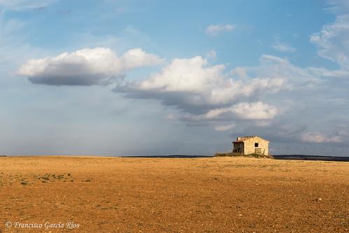 La soledad del llano manchego. / The Solitude of the Plains of La Mancha.