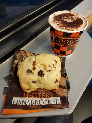 Quarkrosinenbrötchen und Schokochino (von der Bäckerei Coors im Osnabrücker Hbf)