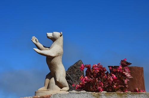 Ein Eisbärfigur auf einer Gartenmauer in Gomera