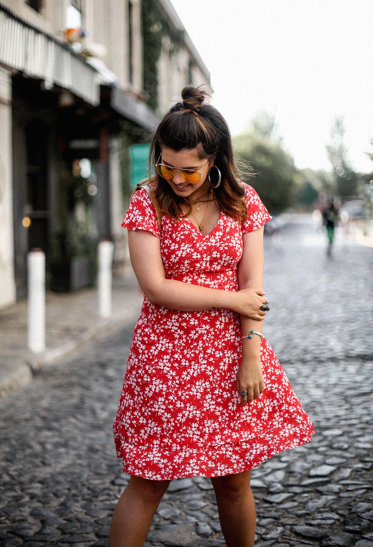vestido-rojo-volantes-sandalias-lazos-mochila-ratan-travel-lx-factory-lisbon7