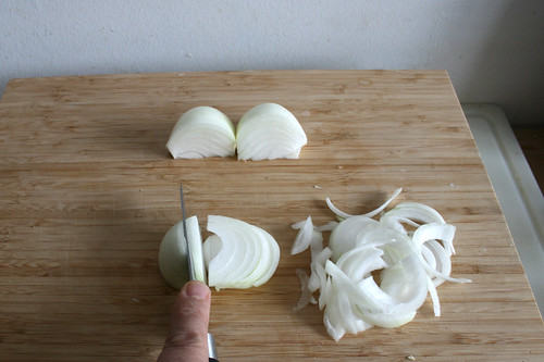 14 - Zwiebeln in Spalten schneiden / Cut onion in slices