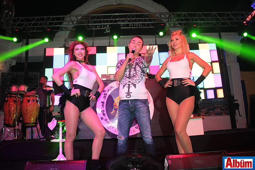 Serdar Ortaç sahne performansı ile dinleyenleri mest etti.