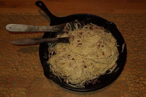 Spaghetti alla carbonara (noch in der Pfanne)