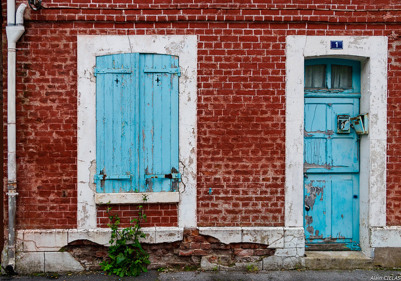 façade en brique et volet bleu-2