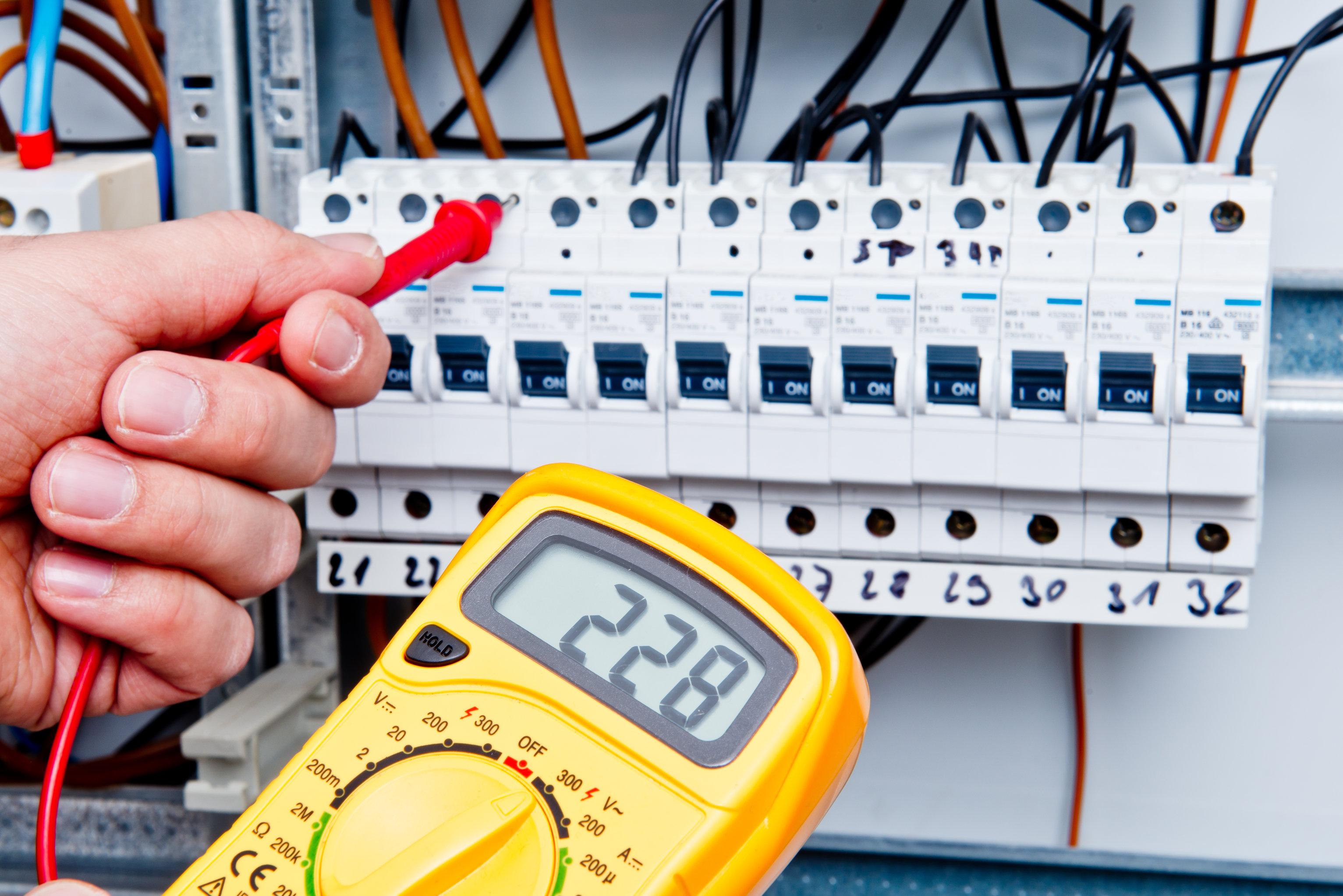 Digitales Messgerät an Sicherungskasten