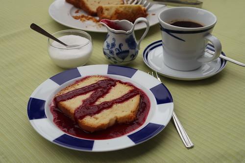 Gustinkuchen mit Brombeersirup zum Nachmittagskaffee