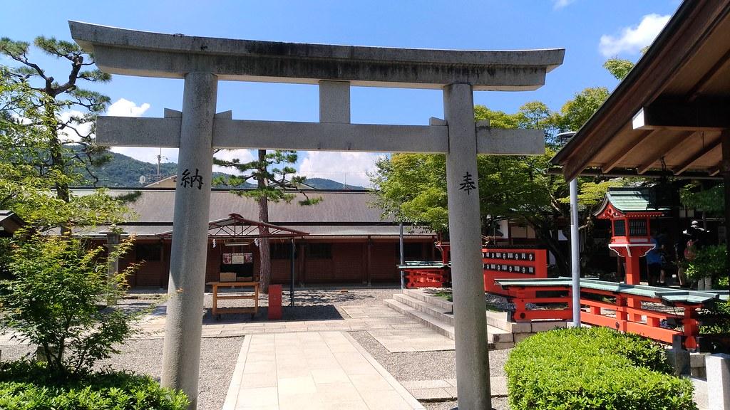 車折神社 本殿横