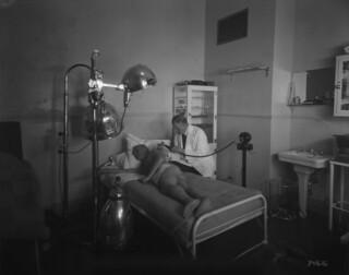 Château Laurier Hotel - patient treated by a doctor in the special electrical treatment room... / Hôtel Château Laurier - un patient est soigné par un médecin dans la salle dédiée au traitement électrique...