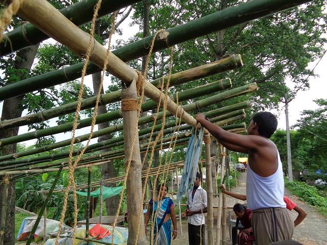 बांध पर अस्थायी घर बनाते पवन कुमार
