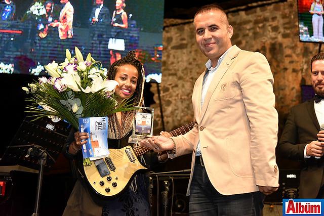 Jennah Bell'e konser sonunda Alanya Belediye Başkan Yardımcısı Nazmi Yüksel teşekkür plaketi verdi.