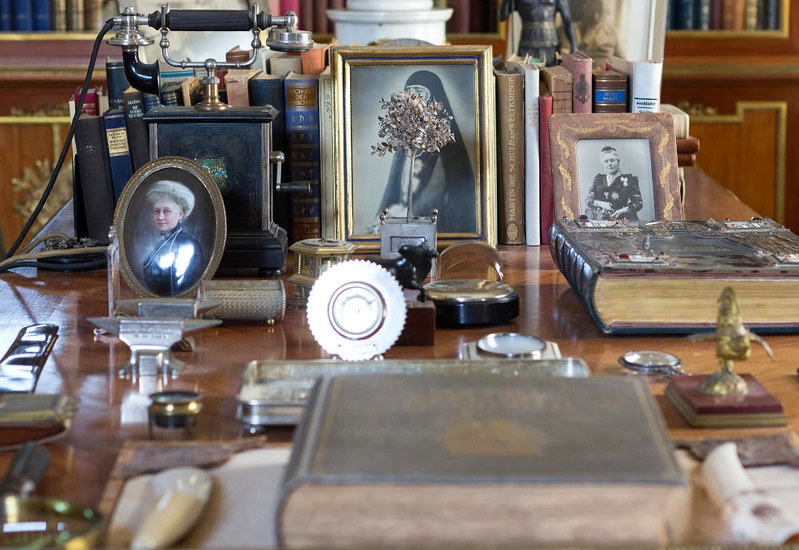Oddments on the desk at Doorn House. Credit Hans Splinter, flickr