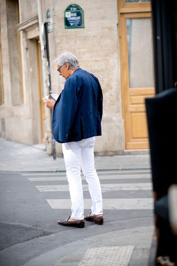 ネイビーテーラードジャケット×白パンツ×ブラウンローファー