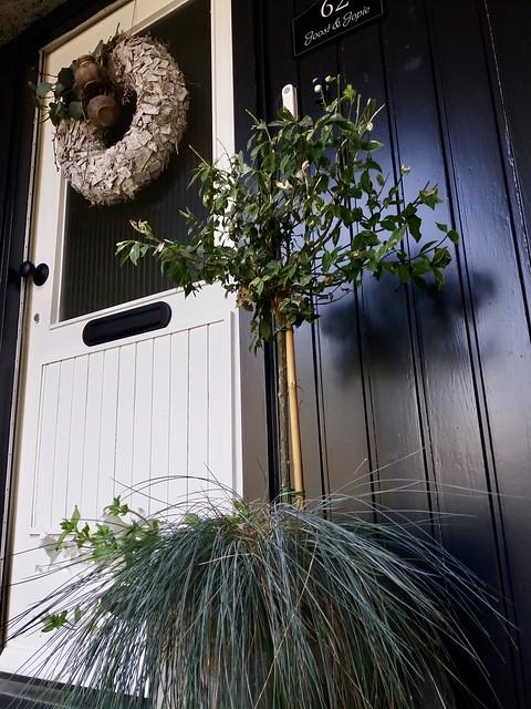 Zwarte voordeur met krans