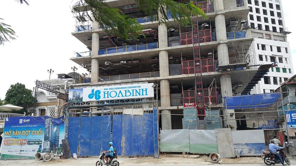 """Mặt trước Tòa nhà SHP Plaza trong quá trình xây dựng  <img src=""""images/"""" width="""""""" height="""""""" alt=""""Công ty Bất Động Sản Tanlong Land"""">"""