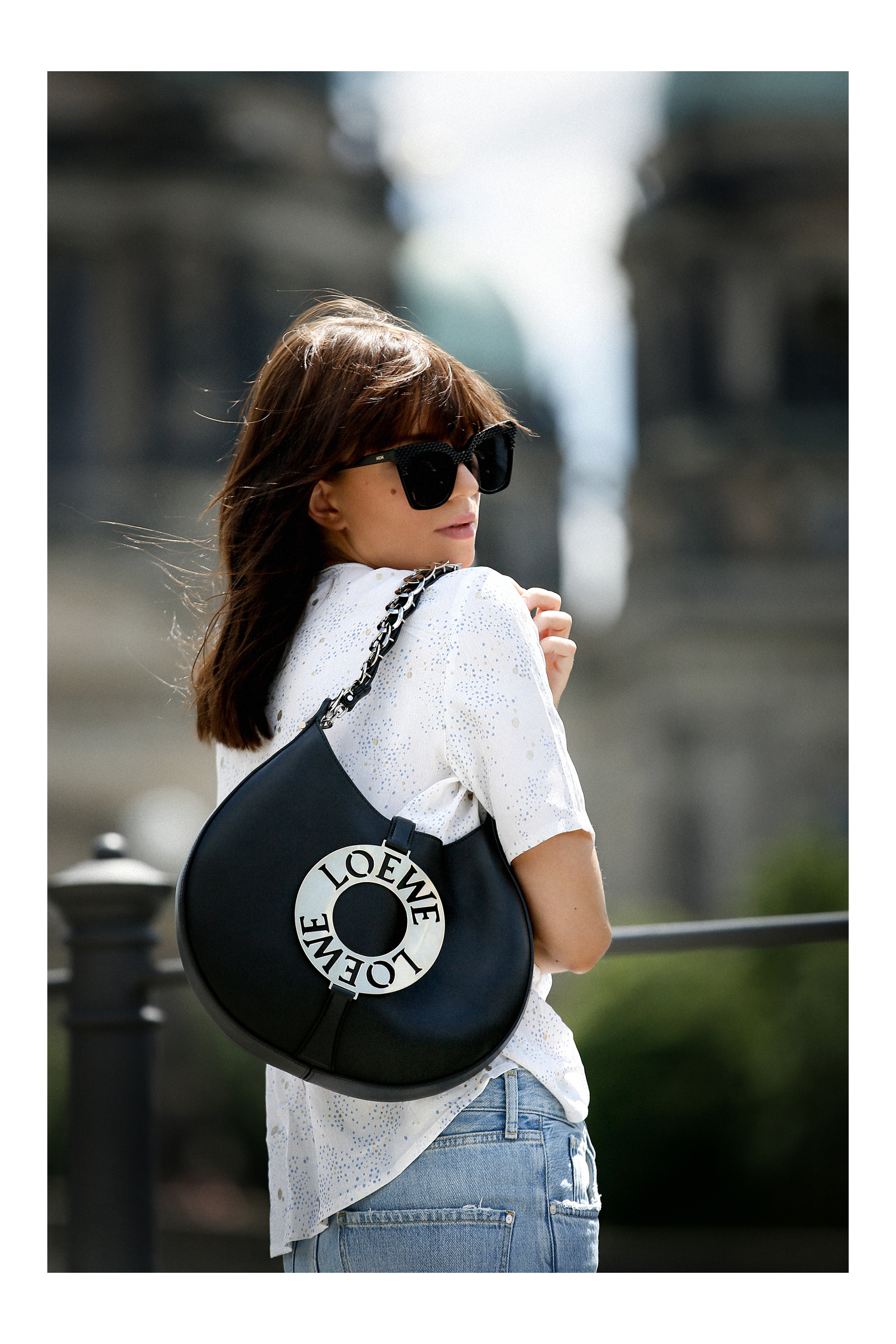 outfit berlin dom museumsinsel denim white blouse parisienne mbym jeanne damas style bangs brunette chic look outfitblogger breuninger loewe joyce bag mcm sunglasses summer german fashion blogger cats & dogs modeblog ricarda schernus max bechmann foto 3