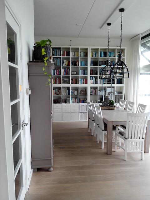 Eetkamer wit met boekenkast