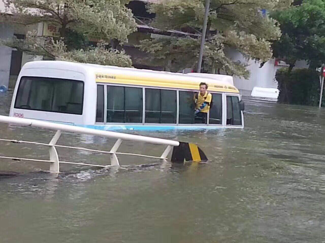 天鴿風球下,澳門出現大亂像。多區出現水浸,有巴士幾乎被洪水淹沒。(澳門讀者提供)