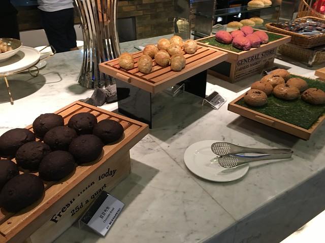 各種麵包,吃了一顆覺得好好吃喔,可惜沒肚子可以吃太多@高雄Hotel dùa住飯店