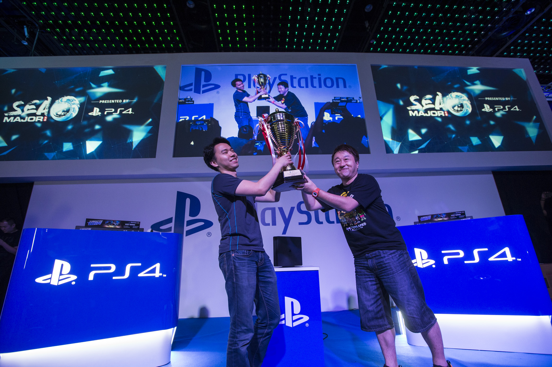 Tokido, winner of SEAM 2016 Street Fighter V, awarded by Ono Yoshinori, Executive Producer