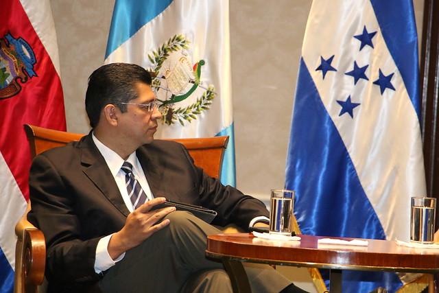 Dialogan sobre desafíos y perspectivas de la democracia en Centroamérica