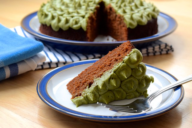 Lazy Piped Matcha Frosting Chocolate Cake | www.rachelphipps.com @rachelphipps