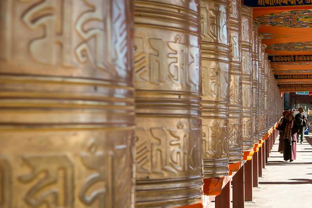 Prayer wheels in Yarchen Gar アチェンガルゴンパ 回廊に並ぶマニ車