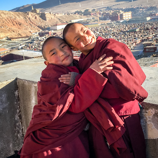 Cute little innocent nuns, Yarchen Gar アチェンガルゴンパ とっても可愛い仲良しちびっこ尼僧