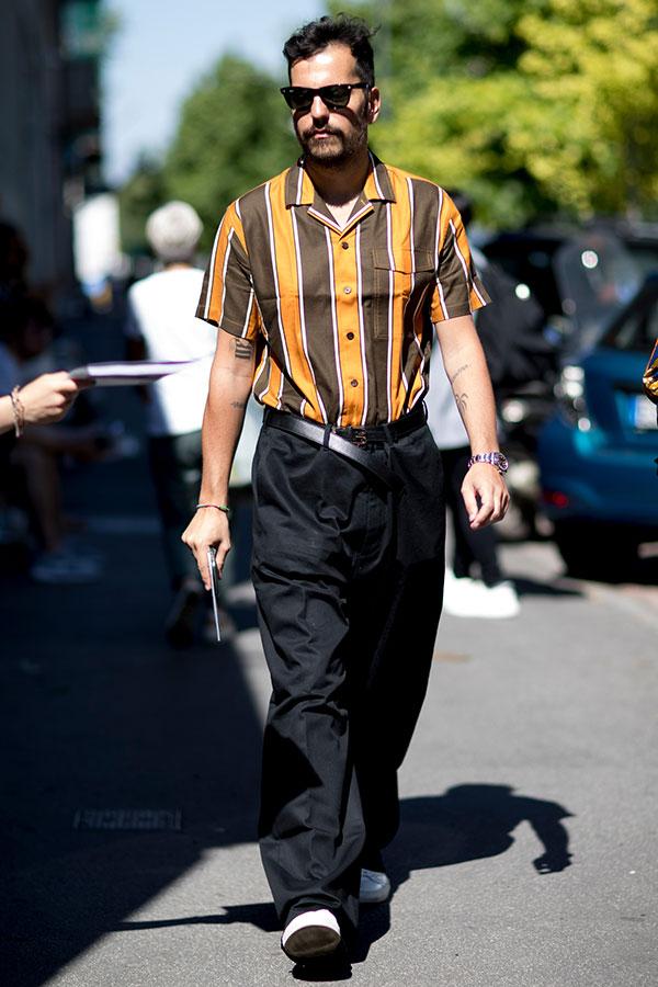 黄茶ストライプ半袖シャツ×黒パンツ×白スニーカー